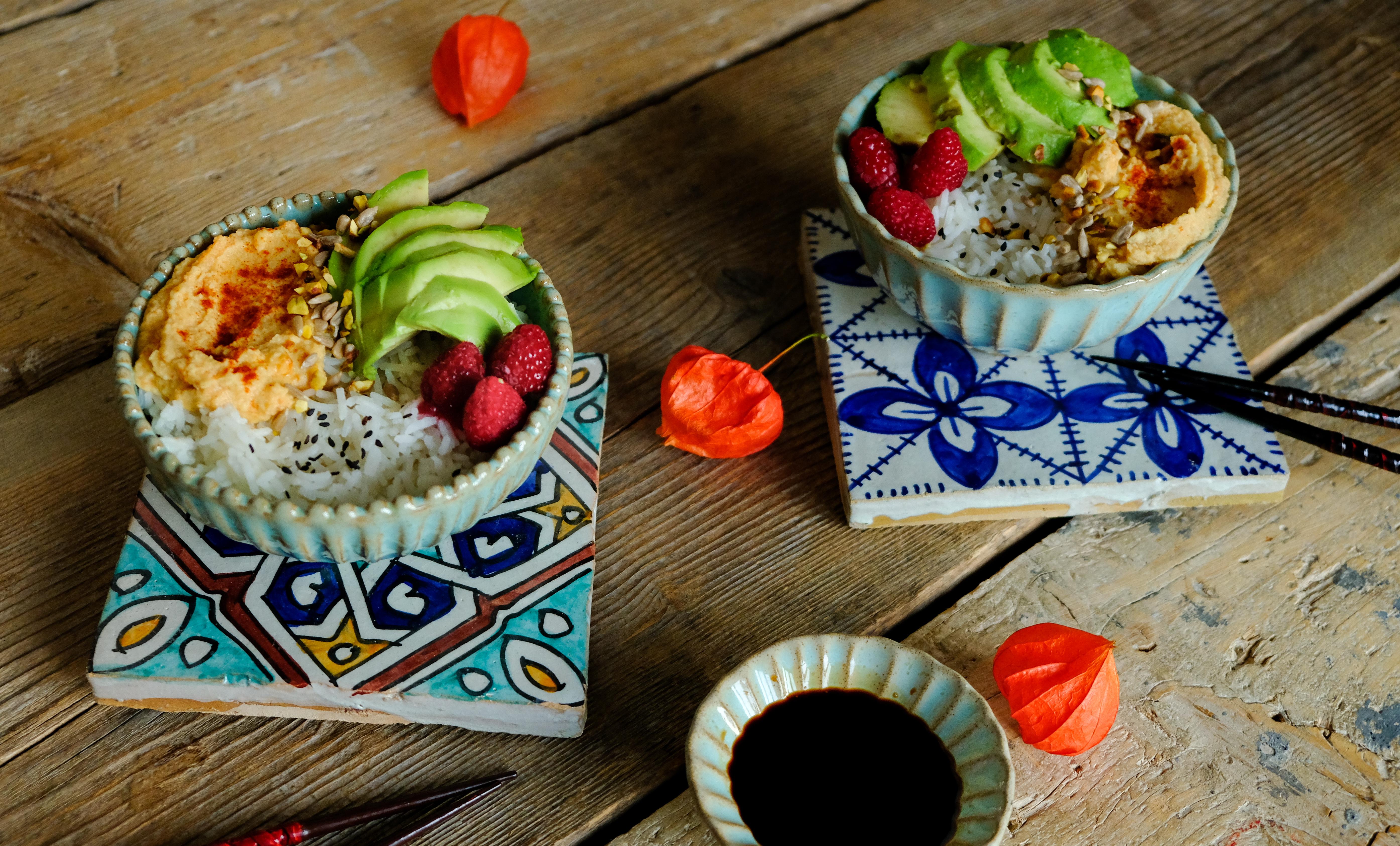healthy bowl riso avocado lamponi hummus
